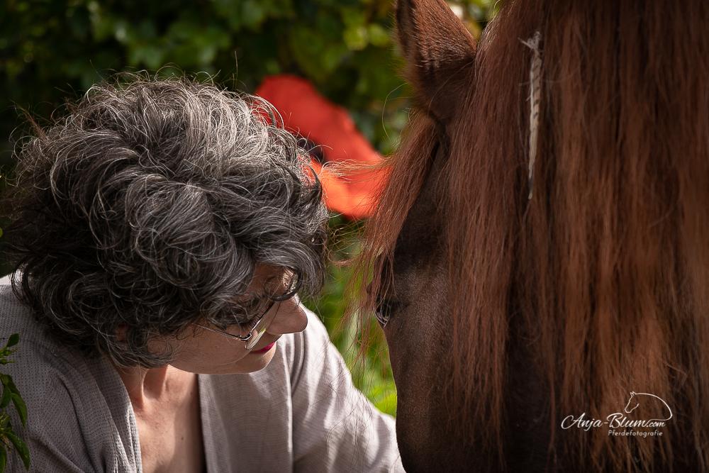 Frau mit Pferd close up